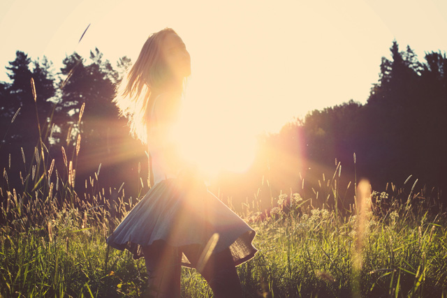 夕焼けに照らされ振り返る少女