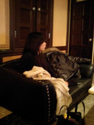 ラブホのソファーに座る女